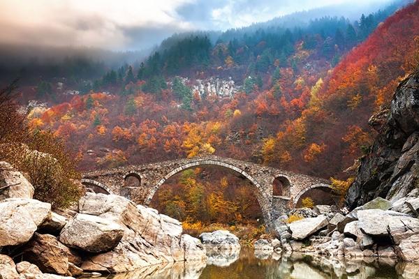 Cầu Quỷ được xây dựng từ thế kỉ 16, bắc qua dòng sông Adra thuộc vùng núi Rhodope, Bulgaria.