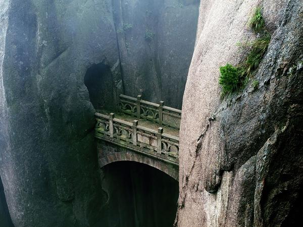 Cây cầu xuyên qua hai khối núi trên dãy Hoàng Sơn, tỉnh An Huy (Trung Quốc).