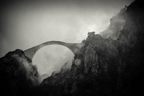 Sương mù lãng đãng quanh vòm cầu Pindos, Hy Lạp.
