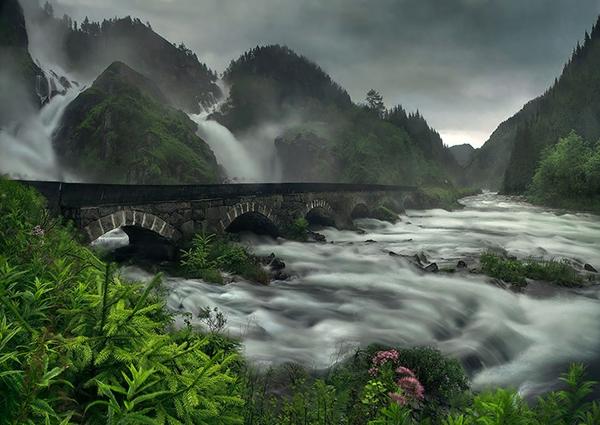 Cây cầu đá nằm bắc qua thác nước Låtefossen, Na Uy.