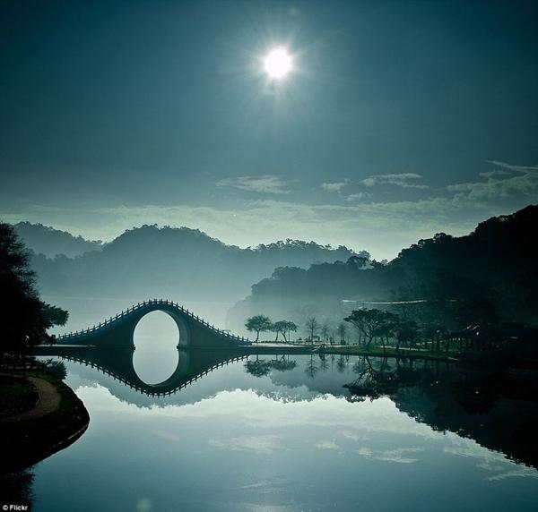 Cầu Nguyệt, Đài Bắc (Đài Loan) lung linh dưới ánh trăng.