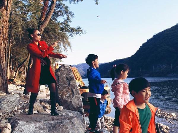 Vì đang là khoảng thời gian khí hậu Hàn Quốc đẹp nhất nên Thu Minh và Trúc Nhân đã tranh thủ đến rất nhiều địa điểm nổi tiếng của Seoul để chụp ảnh cũng như thưởng thức các món ăn đặc sản, được mời đến xem concert của JYJ tại quận Gangnam nổi tiếng,... T