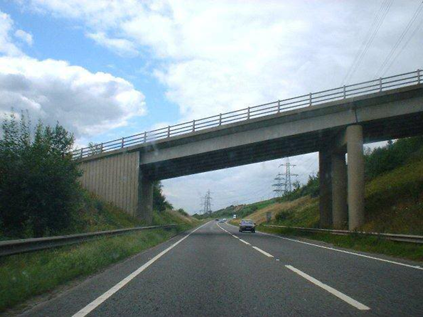 Ở một con đường vòng dưới cầu Stockbridge, Anh,
