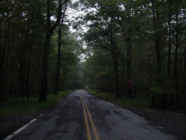 Con đường Clinton ở New Jersey bị đồn là ma ám và được xác nhân là đã bị bỏ hoang. Theo nhiều người kể, nếu bạn ném những đồng xu ra khỏi cầu, hồn ma của một cậu bé sẽ ném nó lại. Đây cũng là nơi tập trung của nhiều tín đồ kỳ lạ. Do đó, dù có tin vào tâm linh hay không, bạn cũng không nên đi qua con đường này.