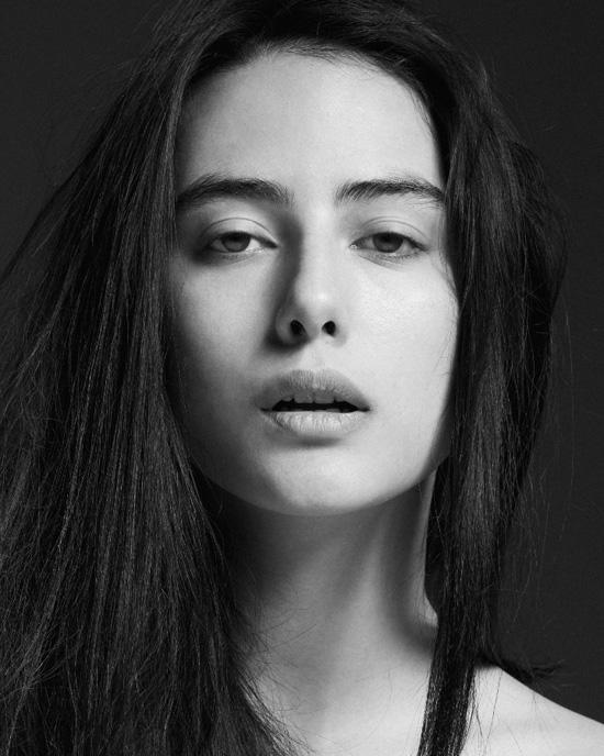 Emily Jeanne, cô gái đến từ Bỉ, 23 tuổi và sở hữu cao 175cm có nửa dòng máu gốc Việt Nam, này đang là một trong những gương mặt mới đầy sáng giá của beU Models