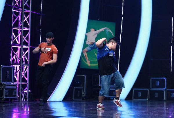 không có thân hình thon gọn, săn chắc như những vũ công khác. Tuy nhiên, anh chàng 90kg biết biến nhược điểm thành ưu điểm của riêng mình.