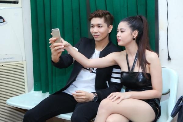 Mới đây, cặp đôi Tim - Trương Quỳnh Anh có dịpcùng diễn chung sân khấu trong một chương trình định kỳ. Phiá sau hậu trường, cả hai quấn quýt không rời và ân cần chăm sóc nhau.
