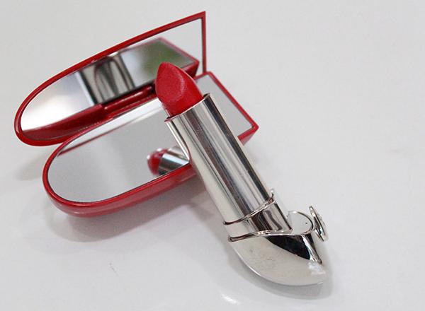 Son đỏ tươi:  cô bạn sở hữu hộp son khá xinh xắn với nắp đậy thiết kế như hộp gương soi tiện dụng cho việc tô son. Màu Son đỏ tươi này thường được cô bạn sử dụng khi muốn mình lập tức tươi tắn và nổi bật.