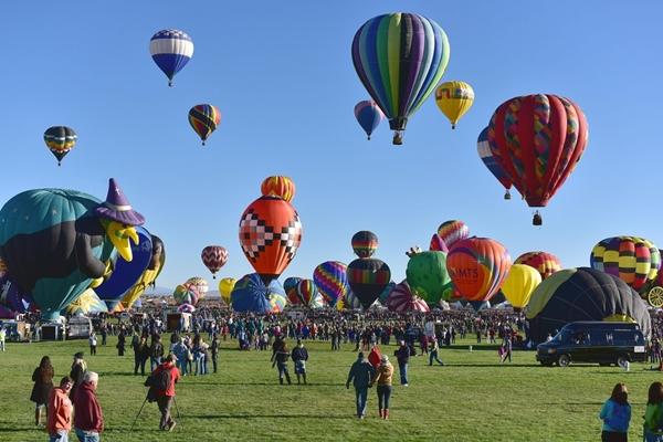Lễ hội khinh khí cầu quốc tế Albuquerque thường được tổ chức vào tuần lễ đầu tiên của tháng 10 tại thành phố Albuquerque, bang New Mexico (Mỹ) là lễ hội kinh khí cầu lớn nhất thế giới.