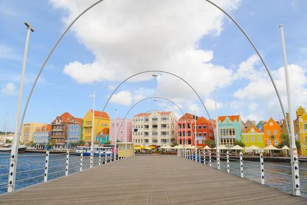 Kiến trúc đặc biệt của những ngôi nhà trên thủ phủ Willemstad thuộc quốc đảo Curacao được UNESCO công nhận là Di sản văn hóa.