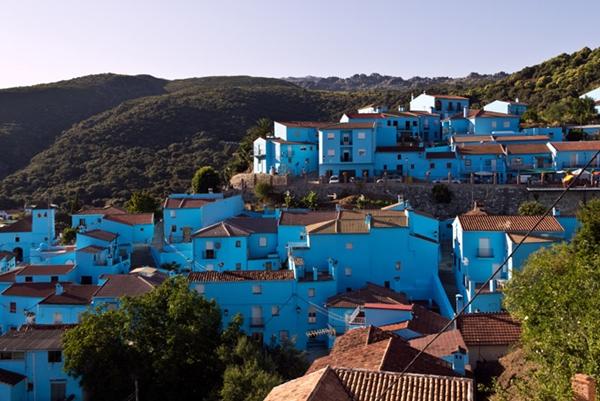 Khoảng 4.000 lít sơn đã được quét để phủ xanh toàn bộ những khu nhà trong thành phố Juzcar, Tây Ban Nha nhằm chào đón bộ phim Xì Trum ra mắt. Trước đó, Juzcar được gọi là Ngôi làng trắng bởi tất cả những ngôi nhà ở đây đều phủ một lớp sơn trắng.