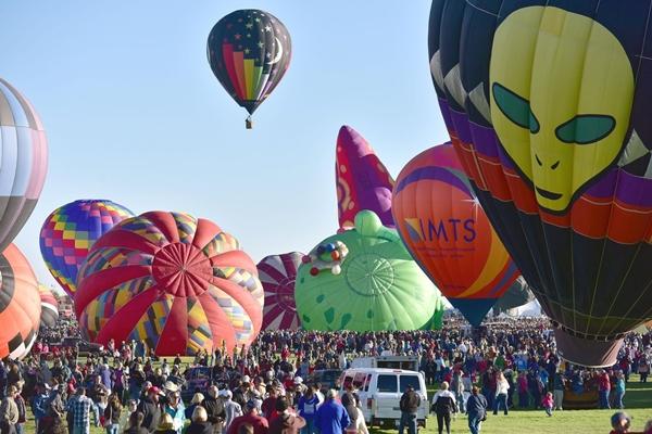 Được tổ chức lần đầu vào năm 1972, năm nay là lần thứ 43 lễ hội nổi tiếng này diễn ra và kéo dài trong 9 ngày (từ 4 đến 13/10), thu hút hơn nửa triệu lượt du khách đến tham quan.