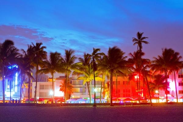 Ánh sáng của đèn neon khiến khu phố biển của Miami, bang Florida (Mỹ) trở nên rực rỡ, linh sắc màu.