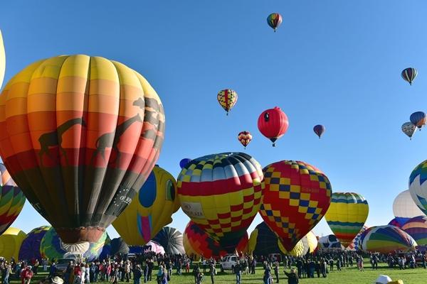 : Lễ hội khinh khí cầu quốc tế Albuquerque quy tụ khoảng 700 khinh khí cầu đến từ 22 quốc gia khác nhau trên khắp thế giới.
