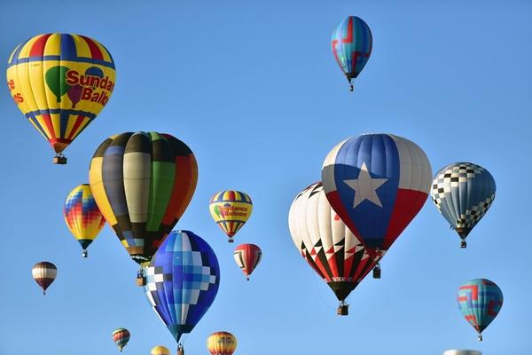 Hàng trăm khinh khí cầu màu sắc sặc sỡ bay lên cùng lúc tạo nên cảnh tượng choáng ngợp giữa nền trời xanh biếc.