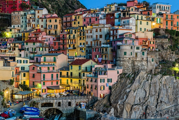 Những ngôi nhà đầy màu sắc tựa lưng vào một vách đá gồ ghề ven biển là hình ảnh đặc trưng ở thị trấn Maranola, phía bắc Italia.
