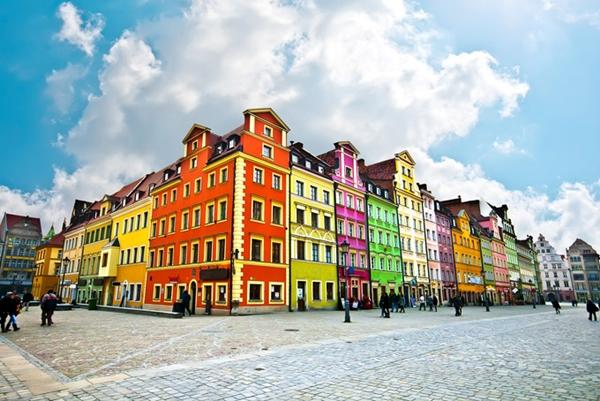 Khu nhà hiện đại được phủ những lớp sơn màu sắc rực rỡ là điểm tham quan không thể bỏ qua khi du khách đến với Wroclaw, Ba Lan.