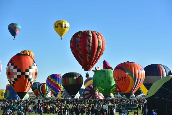 Khu vực đáp khinh khí cầu được lấp kín bởi các tình nguyện viên và biển người tham gia lễ hội.