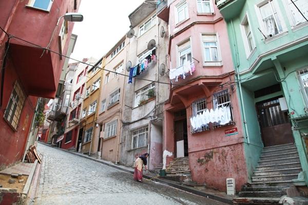 Khu phố cổ với tông màu chủ đạo là vàng và hồng nằm ẩn mình trong một góc nhỏ của thủ đô Istanbul, Thổ Nghĩ Kỳ.