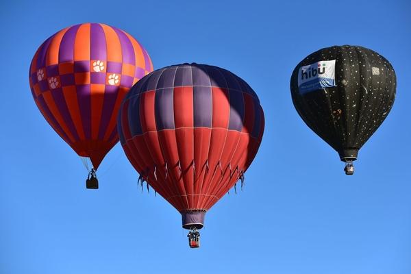 Điều kiện  thời tiết tại Albuquerque vào thời điểm này rất lý tưởng để các khinh khí cầu có thể bay lên và đáp xuống cùng lúc trên cùng một bãi đất trống.