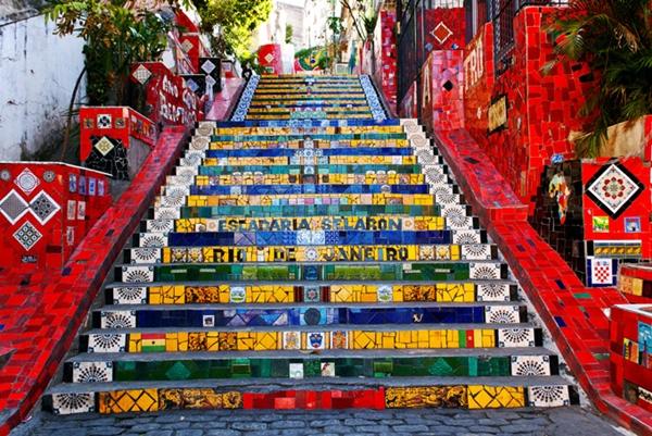 Nấc thang Selaron do các nghệ sĩ đường phố Hà Lan thực hiện khiến một góc của thành phố Rio de Janeiro, Brazil trở nên nổi bật rực rỡ.