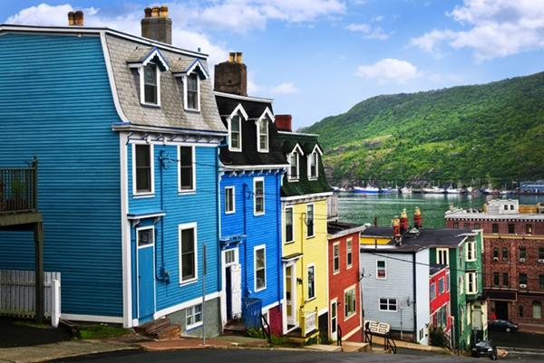 Khung cảnh thanh bình của những ngôi nhà nhiều màu sắc nằm lọt thỏm giữa núi đồi trập trùng ở Newfoundland, Canada.