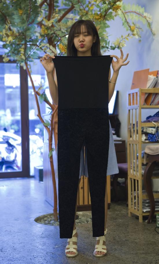 Hầu hết cáctrang phục này được Văn Mai Hương sử dụng đôi lần nên vẫn còn mới và đảm bảo chất lượng. Nữ ca sĩ nhắng nhít khoe chiếc jumpsuit đơn giản mà cômua trong chuyến lưu diễn ở Italia.