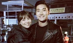 Sao Hàn 14/10: Soo Young tươi rói ôm Si Won chặt cứng