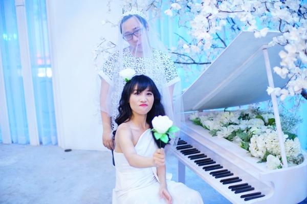 Sau bài hát kết đôi với Trung Quân, Hằng Bingboong tiếp tục cho ra mắt một ca khúc mớitrước khi chính thức cho phát hành album tiếp theo.