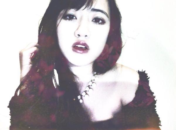 Vũ Quỳnh Anh sinh ngày 19/5/1997. Cô nàng hiện là du học sinh tại Mỹ. Có thể dễ dàng nhận ra Quỳnh Anh có nhiều điểm tương đồng về các đặc điểm gương mặt với hot girl Mie Nguyễn.