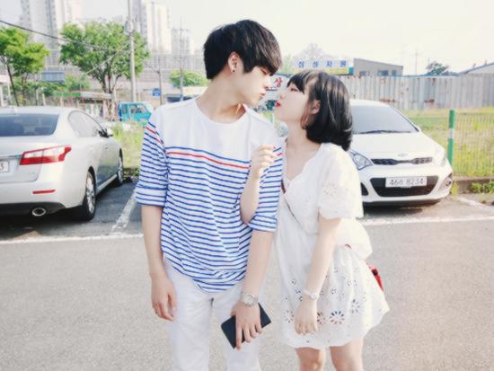 Chuyện tình cảm của hot girl số 1 xứ củ sâm Hong Young Gi cũng từng gây bão khắp các diễn đàn, blog trong giới trẻ Hàn. Mặc dù Young Gi lớn hơn bạn trai Se Yong 3 tuổi nhưng không ai có thể phủ nhận độ đẹp đôi của 2 ulzzang cực cute này.
