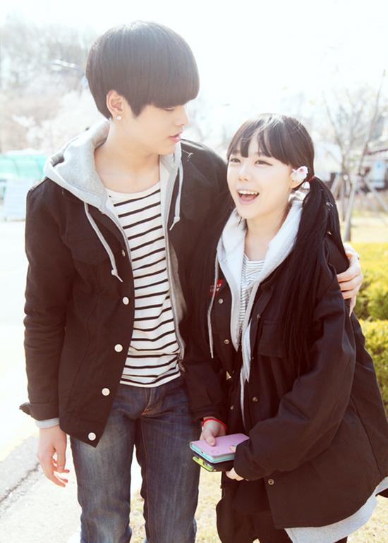 Cùng mê phong cách năng động, khoẻ khoắn, Young Gi và Se Yong thường xuyên diện đồ đôi với nhau. Màu sắc ưa thích của 2 người là những tông màu trung tính phù hợp cho cả bạn trai lẫn bạn gái như: đen, trắng, xám,&