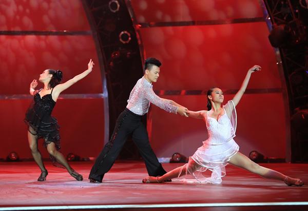 NHOM-DANCESPORT-DUC-TIEN-THU-H-3438-5253