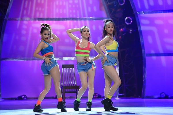 Ba cô gái Kim Anh, Phạm Lịch, Xuân Thảo thể hiện điệu Jazz trên nền nhạc Anaconda sôi động. Điểm đáng yêu, dễ thương của các cô nàng là chiếc quần độn phần mông to hơn bình thường.
