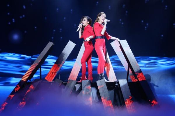 Giang Hồng Ngọc và Hồ Ngọc Hà diện đồ đôi đỏ chót trong phần trình diễn ca khúc Chơi vơi. Cả hai biểu diễn máu lửa với chất giọng khàn mạnh mẽ. Đông đảo khán giả liên tục hò reo trước màn phối hợp ăn ý này.