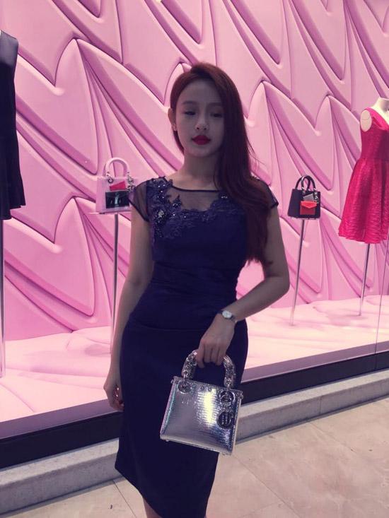 Hình ảnh của cô hot girl này luôn gắn liền với những chuyến du lịch nước ngoài kết hợp mua sắm đồ cao cấp. Một trong những thương hiệu Huyền Baby yêu thích nhất là Chanel.