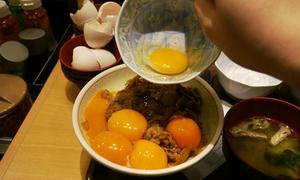 Bát cơm bò với 10 quả trứng sống, bạn có dám ăn?