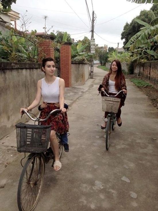 'Thiên thần lai' Việt - Pháp đi dép tổ ong đạp xe gây sốt