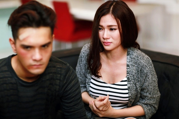 Trong MV mang tênThiếu anh chẳng dễ để bắt đầu, Thu Thủy vào vai một người vợ luôn yêu thương chồng nhưng đổi lại là sự lạnh lùng, vô cảm từ người bạn đời.