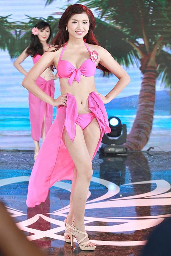 Đồng Ánh Quỳnh, sinh viên Đại học Công đoàn. Cô cao 1m67, nặng 50kg, số đo 85-63-92.