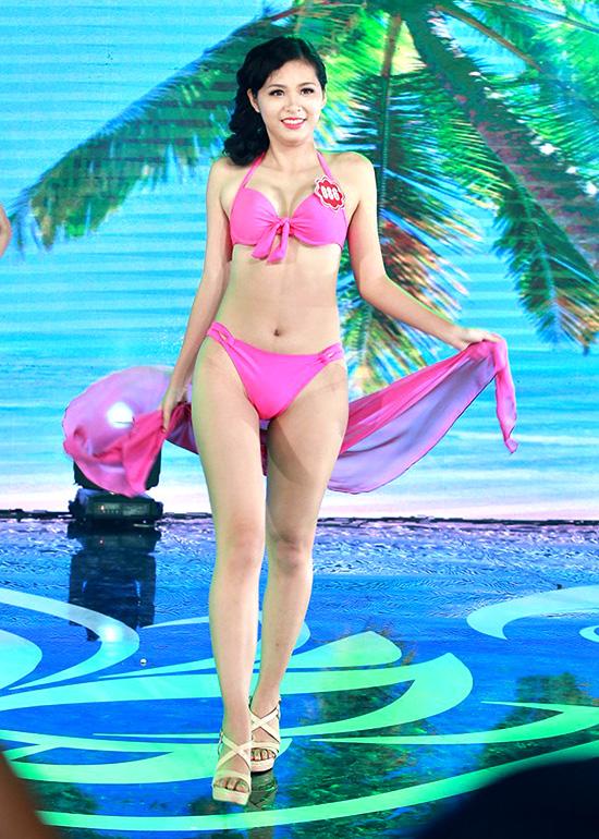 Hoàng Bích Ngọc Ánh, sinh viên Đại học Tài chính Ngân hàng Hà Nội. Cô cao 1m66, nặng 52kg, số đo 82-64-95.