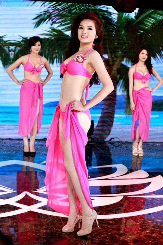 Nguyễn Cao Kỳ Duyên, 18 tuổi, sinh viên Đại học Ngoại thương. Cô cao 1m73, nặng 60kg, số đo 86-66-93.