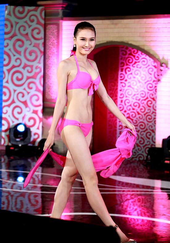 Nguyễn Thị Hà, 20 tuổi, sinh viên Đại học huế. Cô cao 1m71, nặng 49kg, số đo 85-62-90.