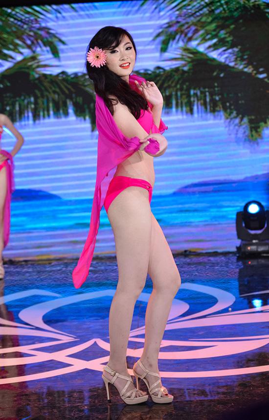 Nguyễn Thị Phương Anh, sinh viên Đại học Kinh tế Quốc dân. Cô gái 19 tuổi cao 1m69, nặng 49kg, số đo 83-59-88.