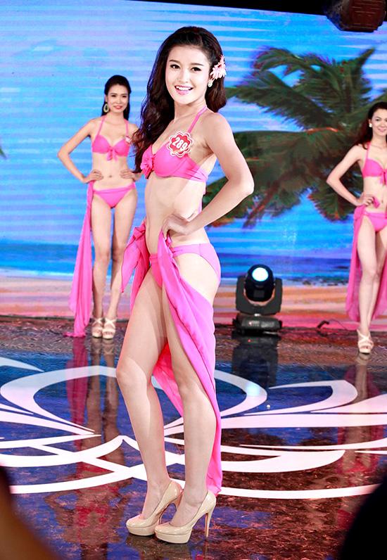 Nguyễn Trần Huyền My, 19 tuổi, sinh viên Học viện Thời trang London. Cô cao 1m74, nặng 54kg, số đo 83-62-93.