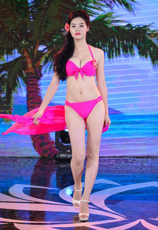 Phạm Thùy Trang, 19 tuổi, sinh viên Đại học Kinh doanh và Công nghệ Hà Nội. Cô cao 1m70, nặng 52kg, số đo 89-62-91.