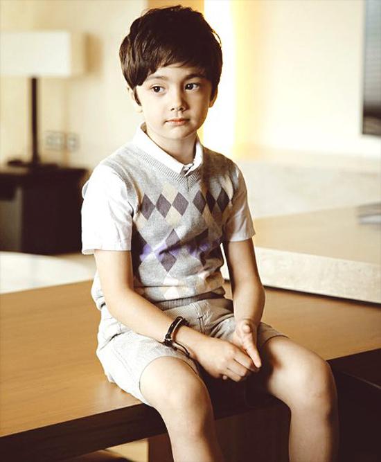 Danny nổi tiếng với biệt danh Tiểu Nichkhun do có khuôn mặt rất giống Hoàng tử Thái đẹp trai của nhóm 2PM. Tiểu Nichkhun thường được ăn diện rất sành điệu trong những bức hình đăng trên trang cá nhân.