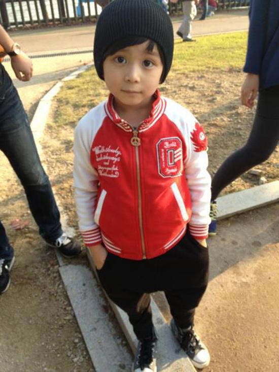 (11) Áo khoác bóng chày, quần baggy thun, giày thể thao là những món đồ thường được cậu bé thiên thần diện nhiều nhất.