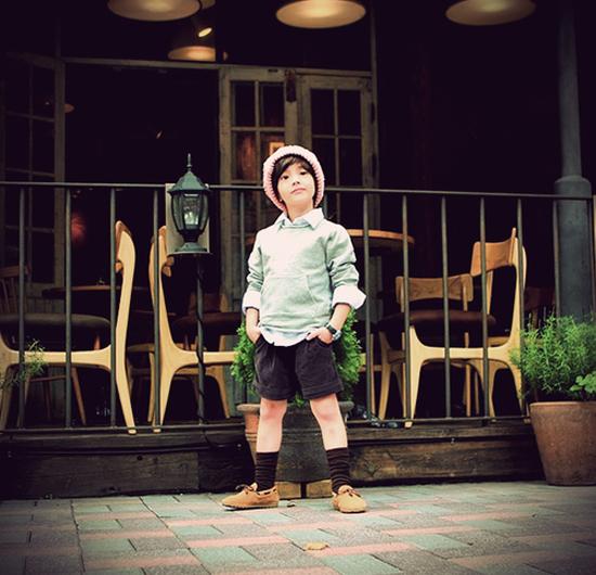 (2) Style của Danny là cổ điển pha trộn với một chút phá cách. Ulzzang nhí này cực ưa thích kiểu phối hợp quần đùi với tất cao cổ. Kiểu phối hợp này tạo nên một phong cách riêng vừa vintage, vừa đáng yêu cho cậu bé.