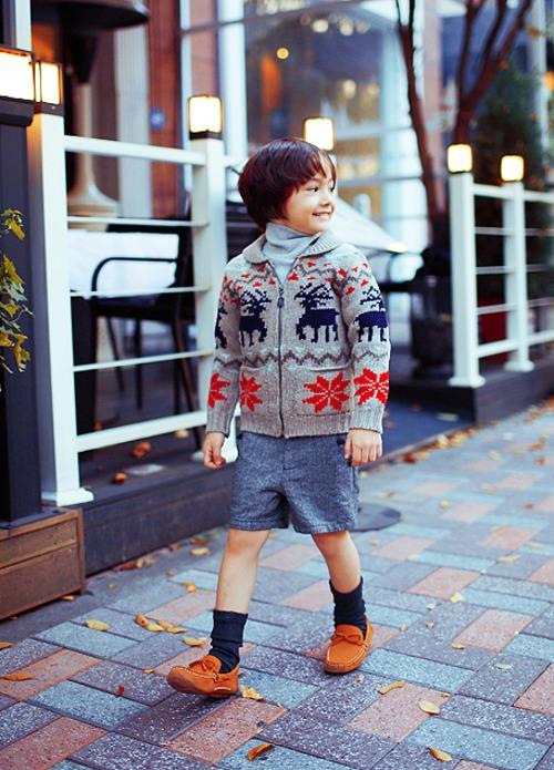 (3) Những items thường xuất hiện với hotboy nhí là quần short, áo len hoạ tiết vintage, tất cổ chân, giày moka,...